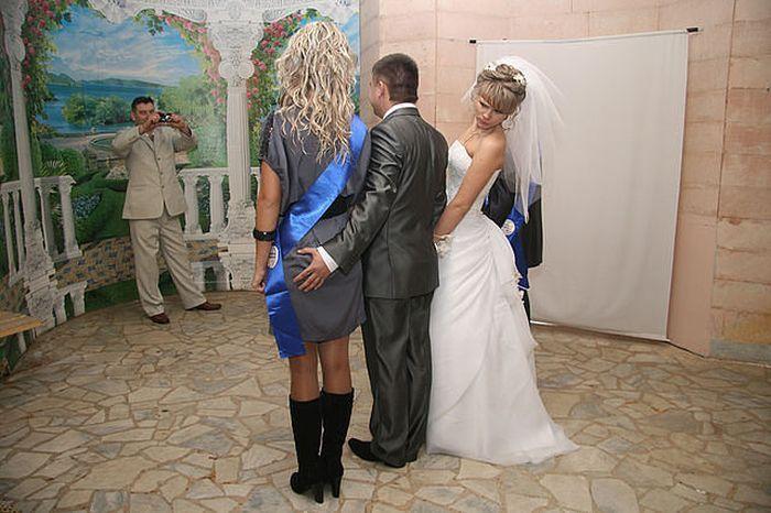 結婚式の記念撮影で、隣の女性に手を回す新郎が気になる新婦(笑)