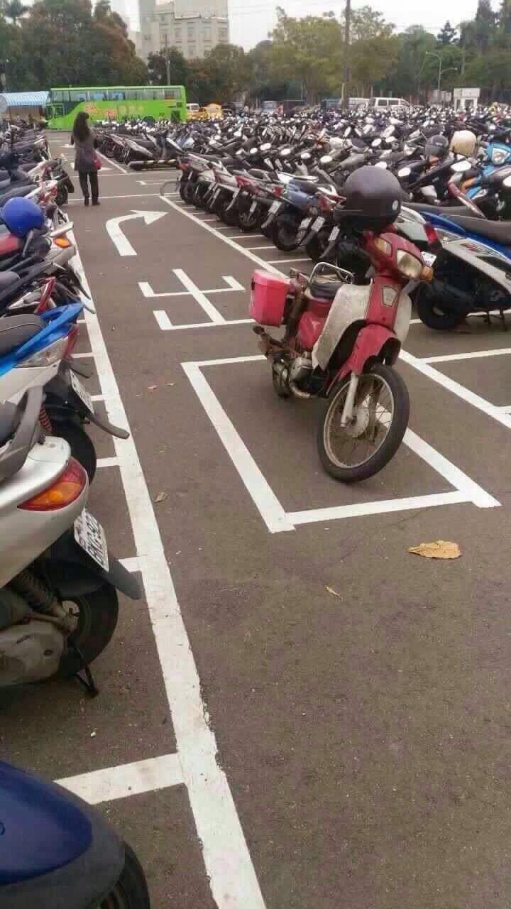 台湾で駐車場の意外な場所にバイクを止める人(笑)