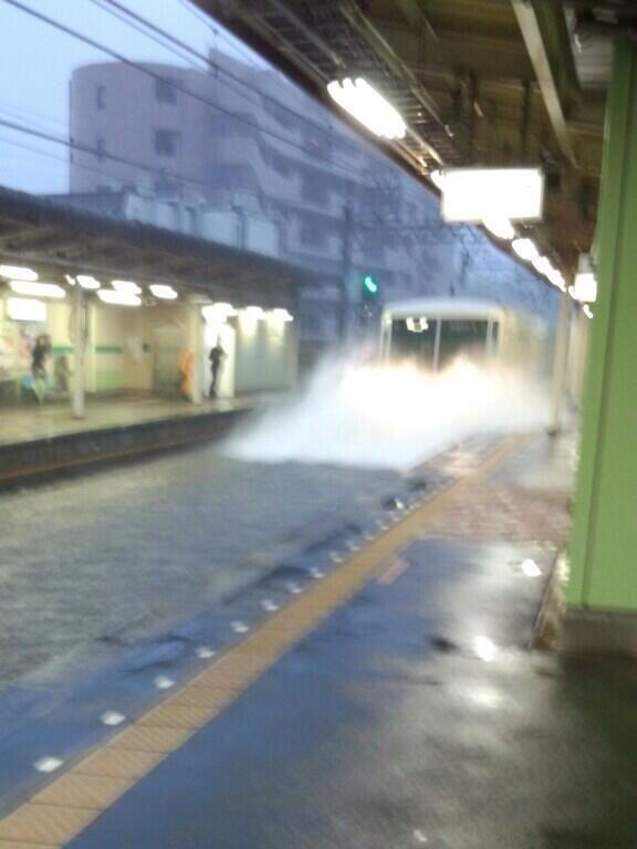 【台風と電車おもしろ画像】台風26号の影響で新京成線の習志野駅にスプラッシュマウンテン(笑)