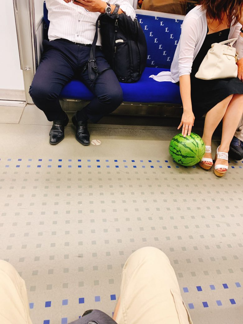 【夏と電車とスイカおもしろ画像】電車内で転がってきた意外なものにお姉さん困惑(笑)