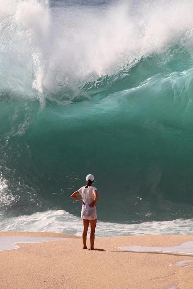 【海おもしろ画像】大波が来てるのに余裕な女性(笑)