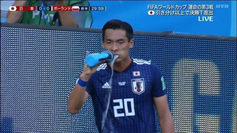 サッカーワールドカップ槙野選手の水の飲み方がマーライオン(笑)