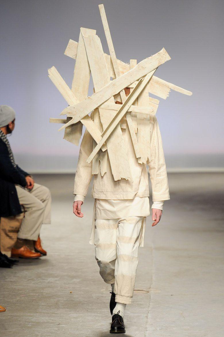ファッションショーで板を顔に張り付けた謎のファッション(笑)