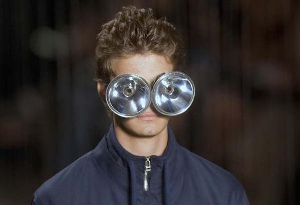 目がライトみたいになってる意味不明なファッション(笑)