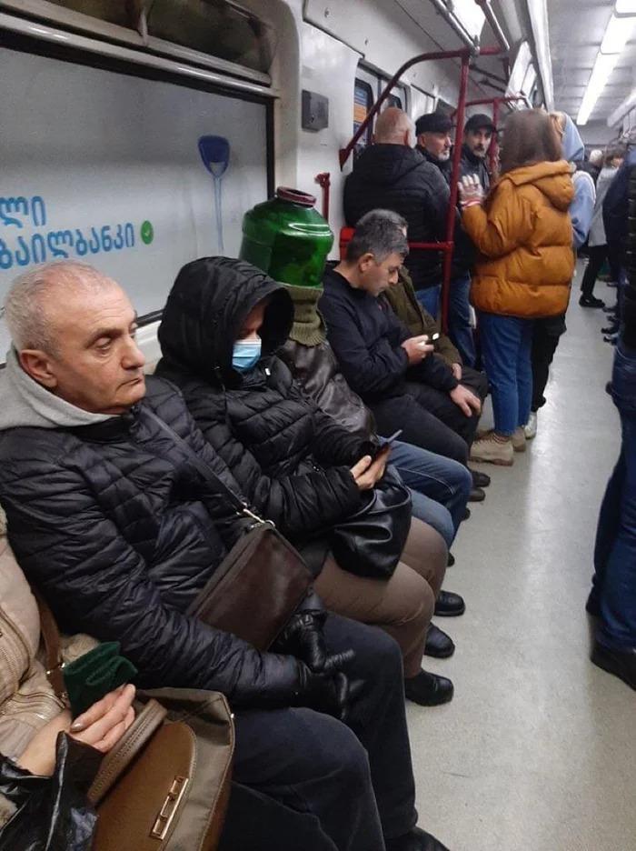 【コロナ感染予防マスクおもしろ画像】海外の地下鉄で見かけたおもしろいマスクの乗客(笑)