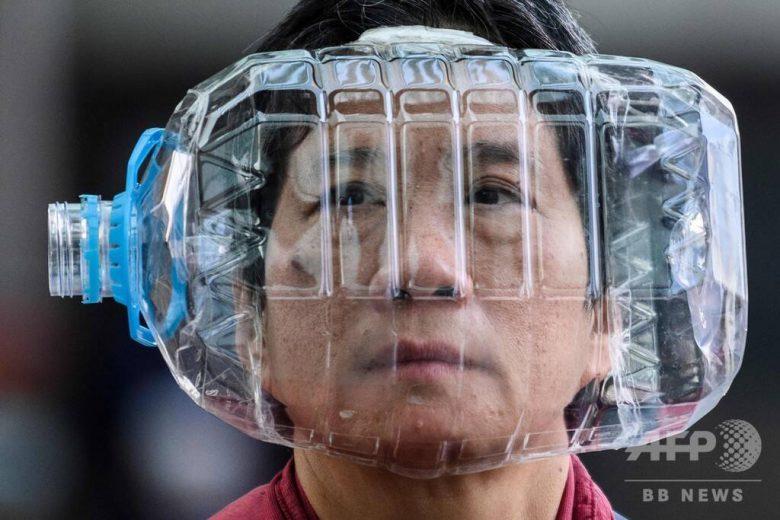 【コロナ感染予防マスクおもしろ画像】ペットボトル容器をマスク代わりにする香港の女性(笑)