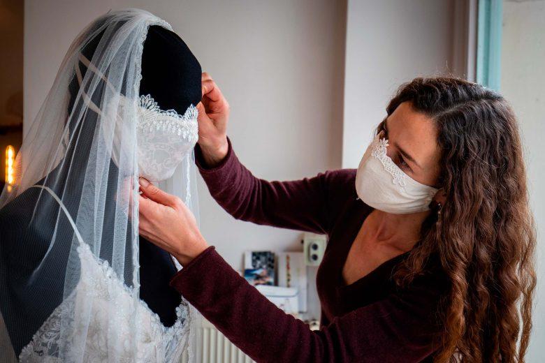 【コロナ禍ウェディングドレス用マスクおもしろ画像】新型コロナ対策用の素敵なウェディングドレス用マスク(笑)