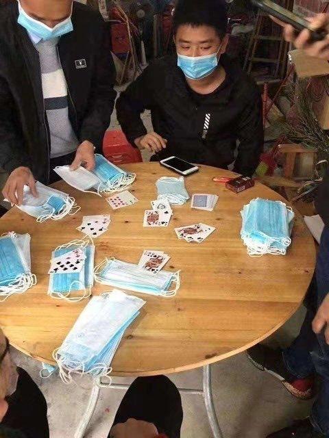 【コロナで起きたおもしろ画像】マスクをチップ替わりにブラックジャックする人たち(笑)