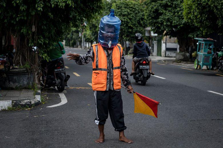 【コロナ感染予防マスクおもしろ画像】ウォーターサーバーをマスク代わりにするインドネシアの男性(笑)