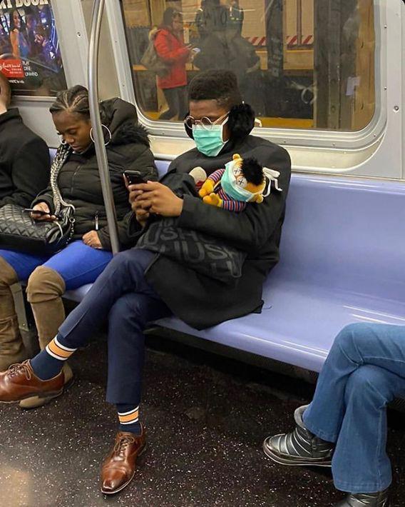 【コロナ禍マスクおもしろ画像】海外の電車で新型コロナ対策で人形にマスクをさせる外国人(笑)
