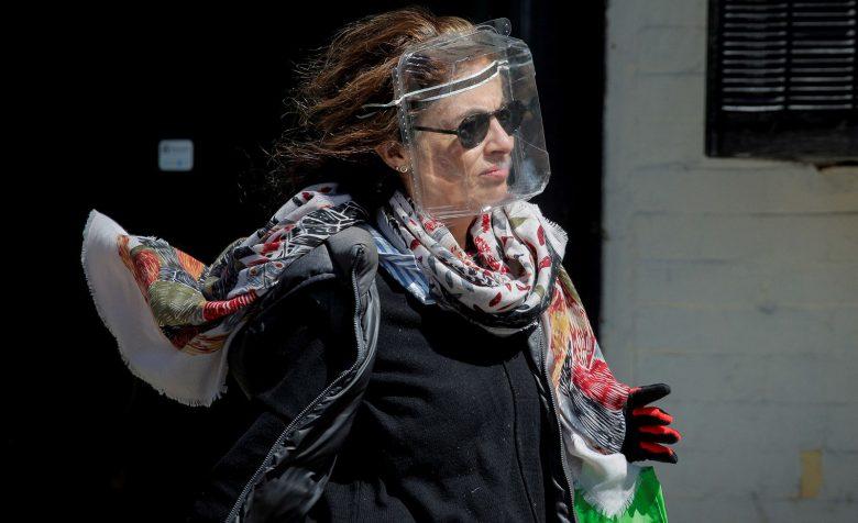 【コロナ感染予防マスクおもしろ画像】新型コロナ予防でプラスチックの食品容器をマスク代わりにする女性(笑)