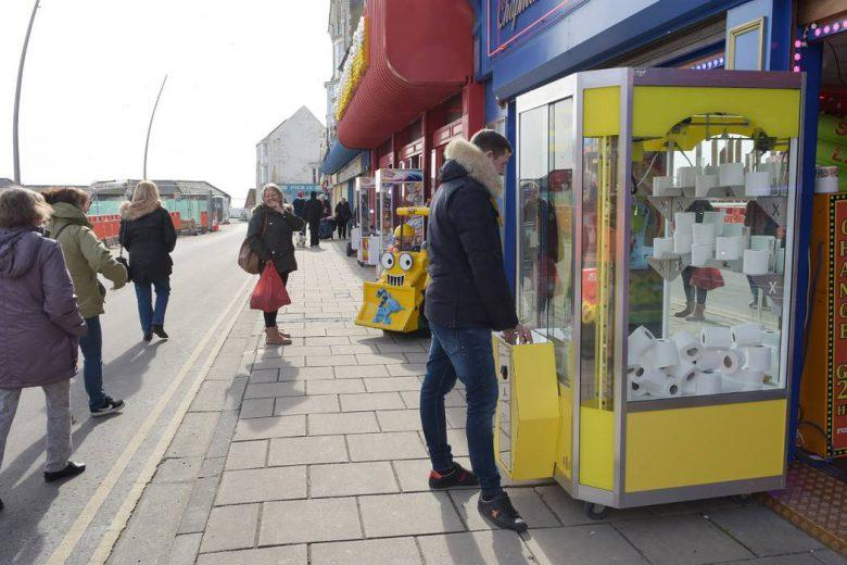【コロナ禍トイレットペーパーおもしろ画像】英国でトイレットペーパーがクレーンゲームの景品に(笑)