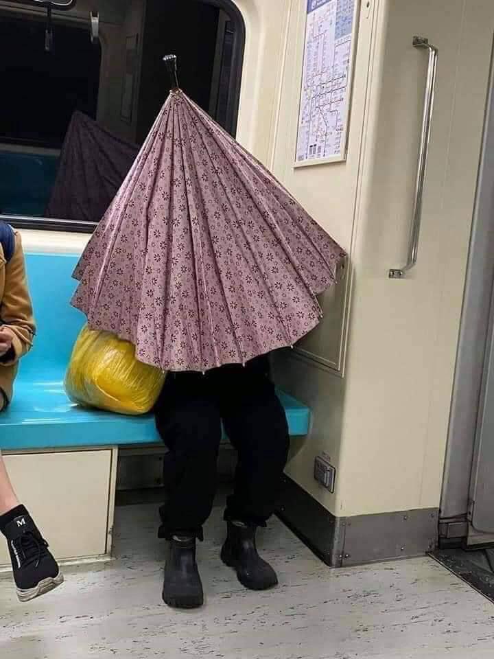 【傘でコロナウイルス感染予防する人おもしろ画像】新型コロナ感染予防でマスクがなくて傘で身を守る人(笑)
