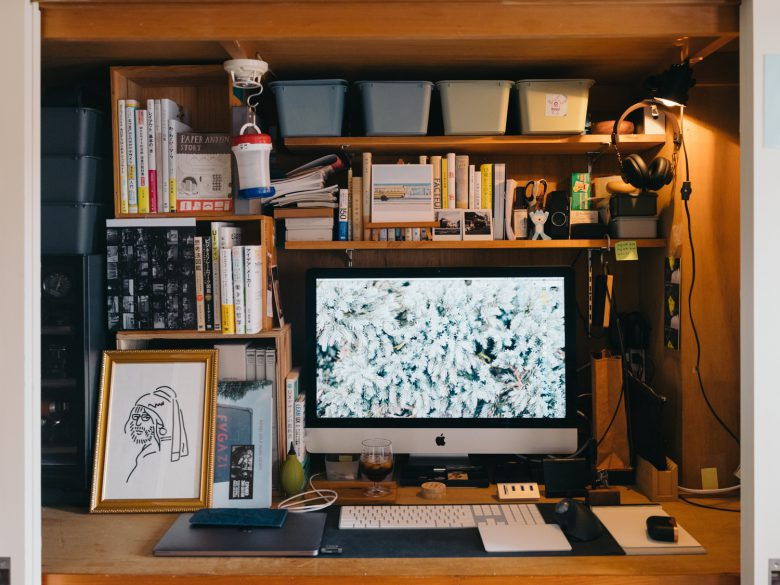 【在宅勤務おもしろ画像】新型コロナによる在宅勤務で押入れを仕事場にするナイスアイデア(笑)