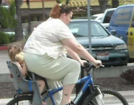 【子どもおもしろ画像】お母さんのお尻でつぶれそうになるチャイルドシートの子ども(笑)