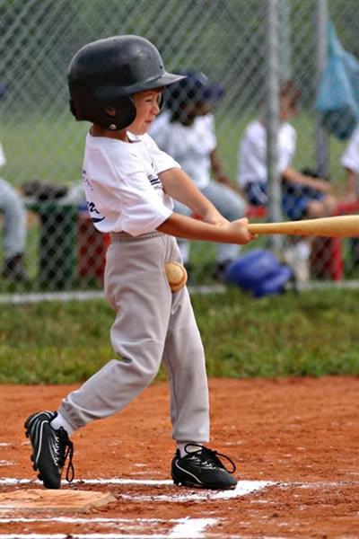 【子どもと野球おもしろ画像】思わぬところに野球ボールが当たった子ども(笑)