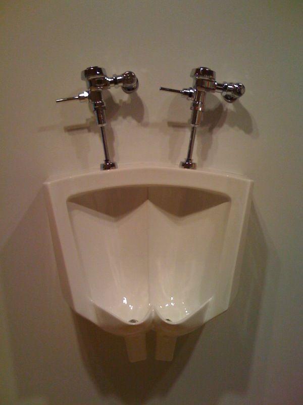 仲良しにぴったりな男子トイレ(笑)