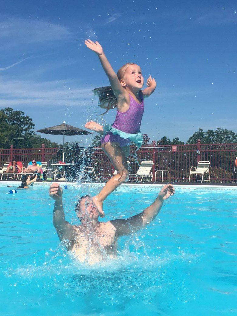 【夏とプールと子どもおもしろ画像】プールでお父さんの顔を踏み台にしてジャンプする子ども(笑)