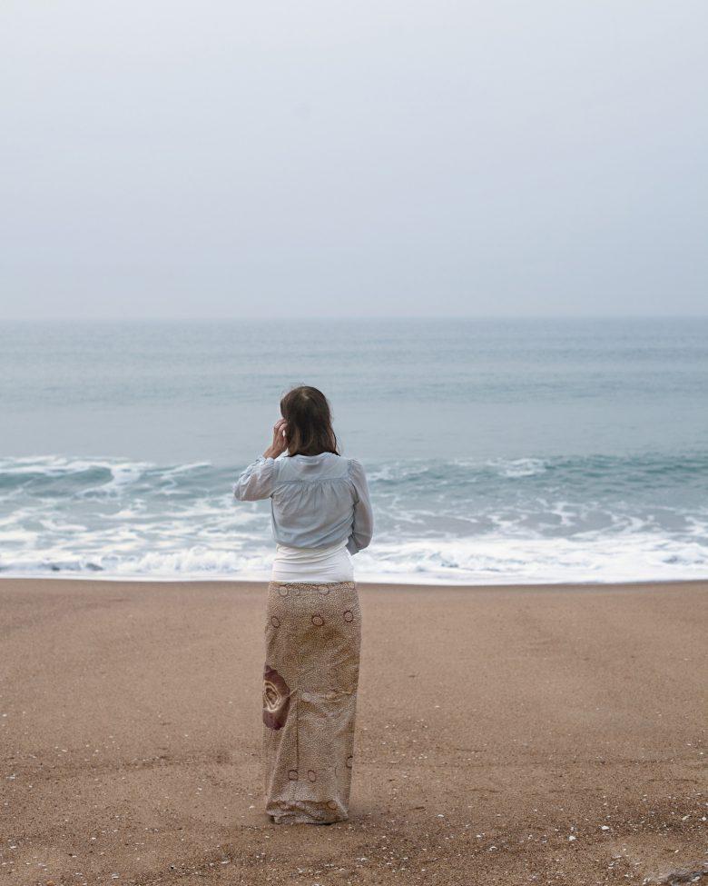 【海おもしろ画像】海と砂浜に同化する女性(笑)