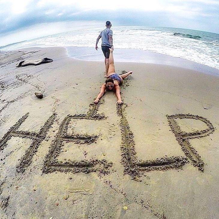 【海おもしろ画像】海に入りたくなくて、砂浜に文字を書いて助けを求める人(笑)