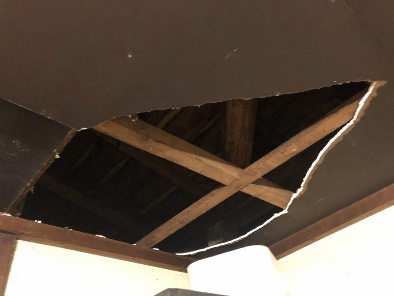 【台風で起きた出来事画像】台風の影響か屋根裏から不発弾のようなものが落下(笑)
