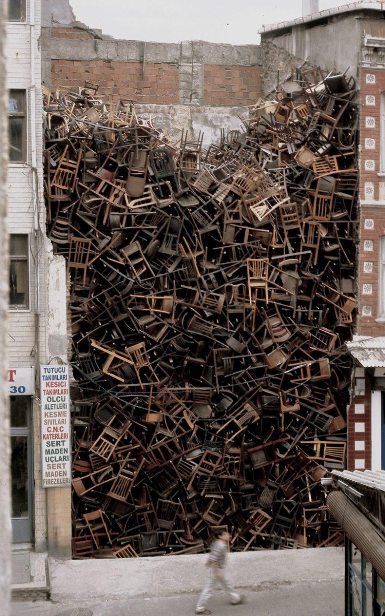芸術家の作品『二つの建物の間に積まれた1550個の椅子』がすごい(笑)