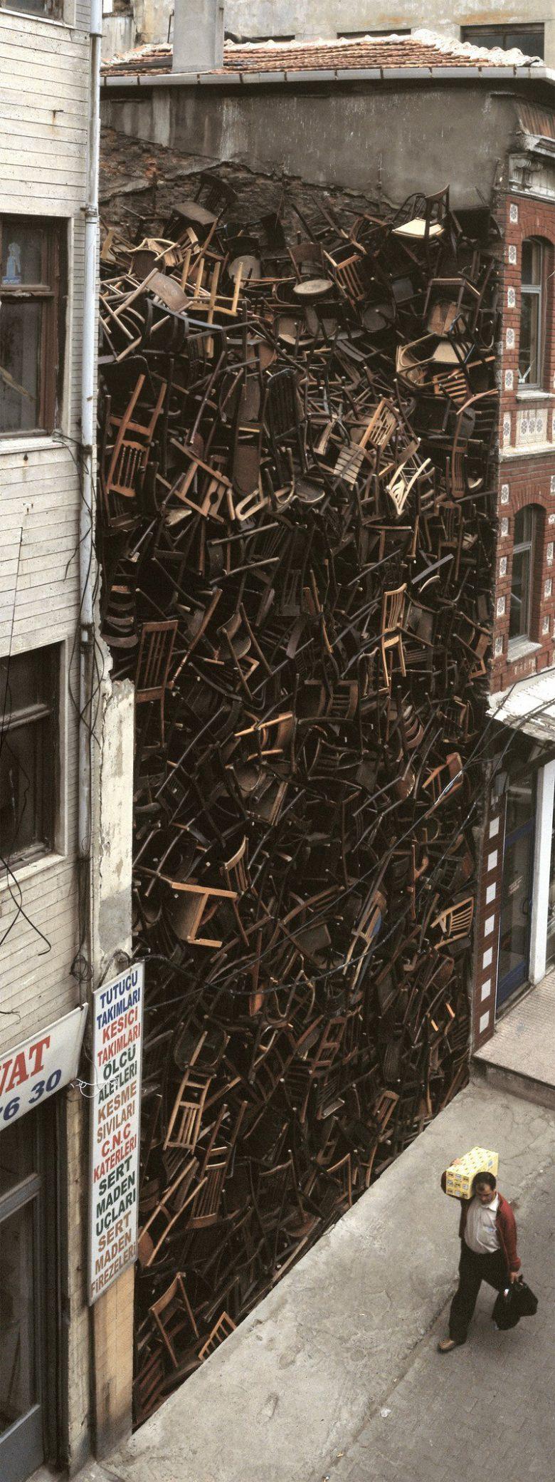 芸術家ドリス・サルセド氏の作品『二つの建物の間に積まれた1550個の椅子』