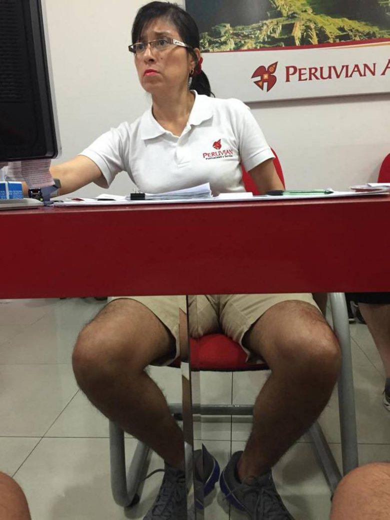 反射した男性の足と一致した悲しい女性(笑)
