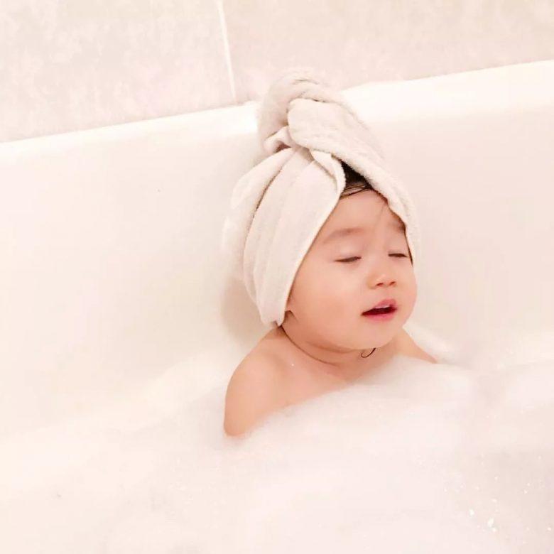 【子どもおもしろ画像】お風呂に入る子どものリラックスした表情(笑)