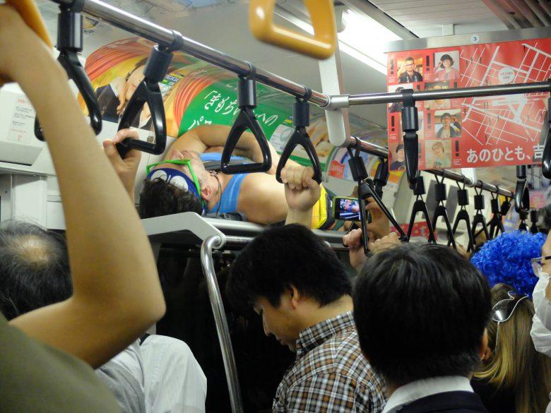 中央線の満員電車で網棚で寝る外国人(笑)