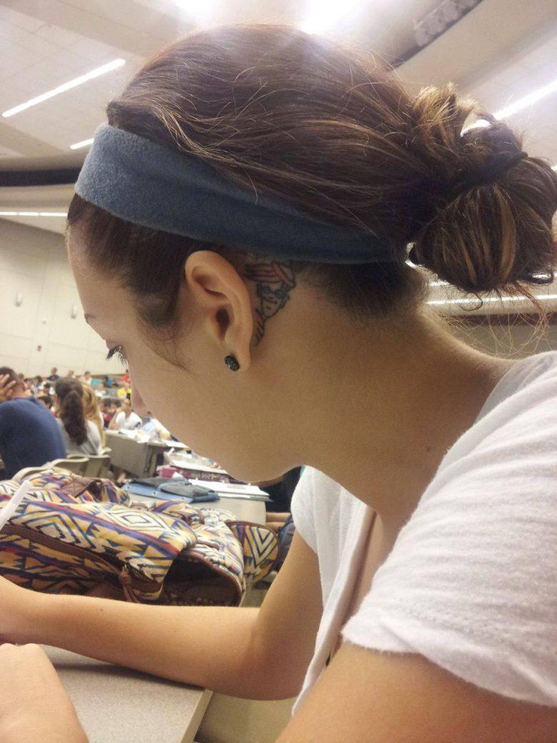 【ファッションおもしろ画像】耳の裏の隠れウォーリータトゥーがかわいい(笑)