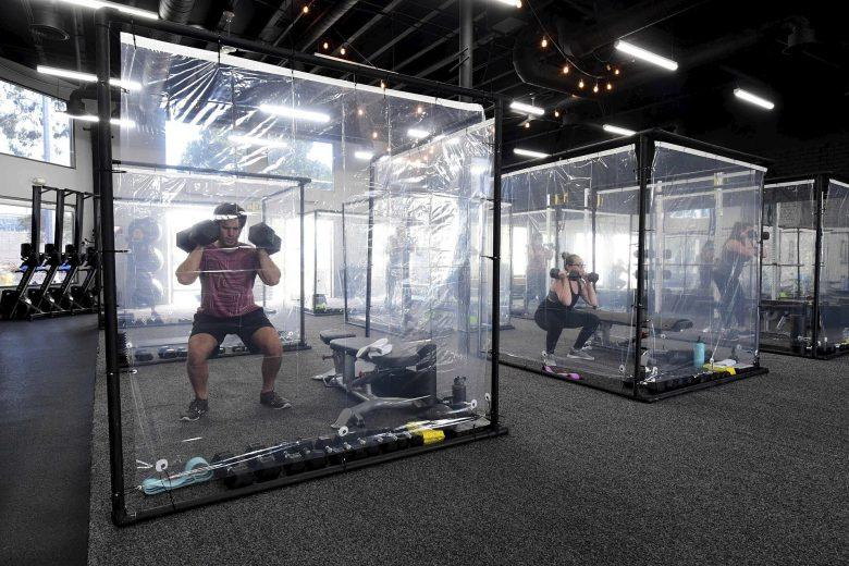 【ソーシャルディスタンスおもしろ画像】ビニールシート個室でトレーニングするスポーツジムの客たち(笑)