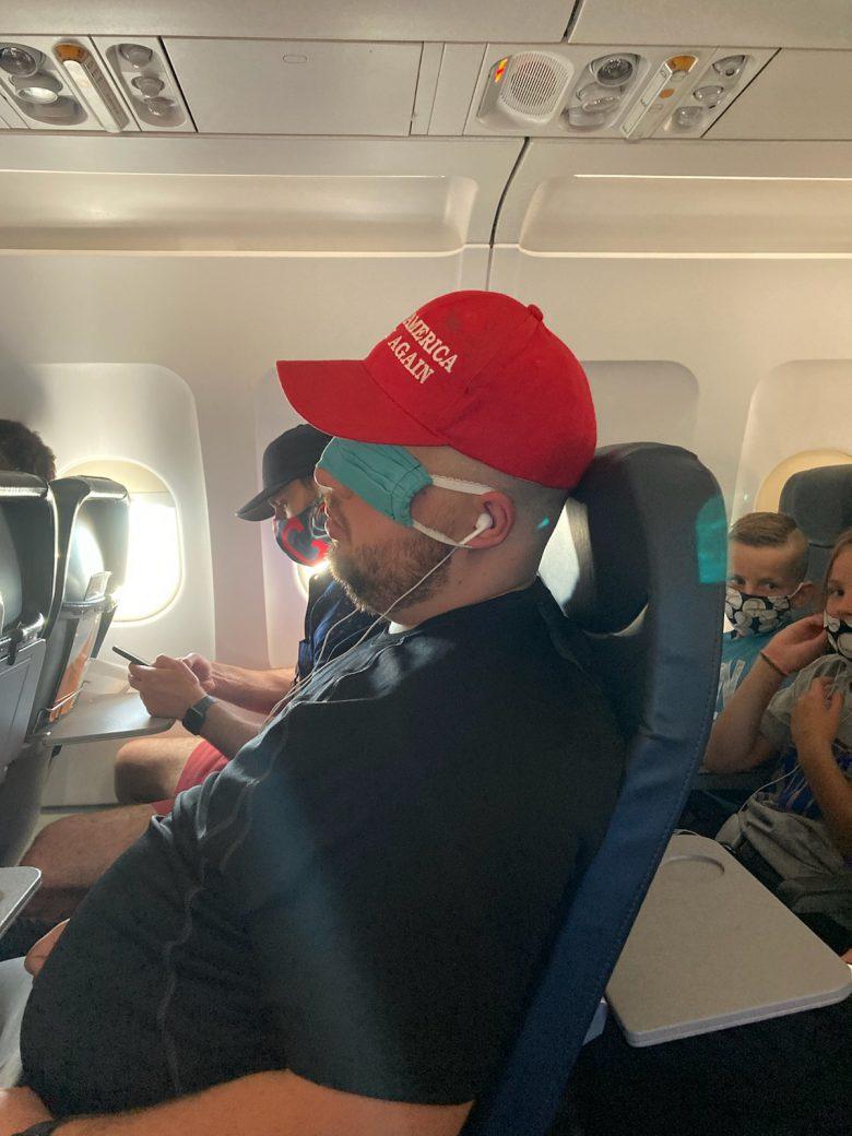 【コロナマスク対策画像】飛行機でコロナ対策マスクをアイマスク代わりにする人!