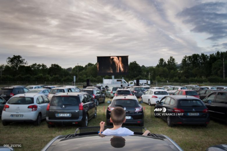 【ソーシャルディスタンスおもしろ画像】ドライブインの映画館というアメリカの新しい日常!