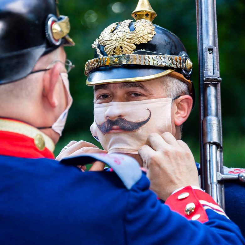 【コロナ感染予防マスクおもしろ画像】行進している兵隊さんたちのマスクがかわいい(笑)