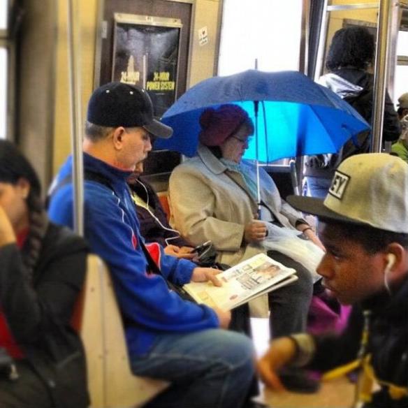 【海外の電車おもしろ画像】日差しが強いのか、電車の中で傘をさす女性(笑)