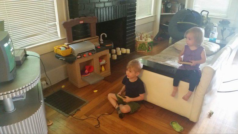 【子どもおもしろ画像】ゲームをするお兄ちゃんの真似をする妹がかわいい(笑)