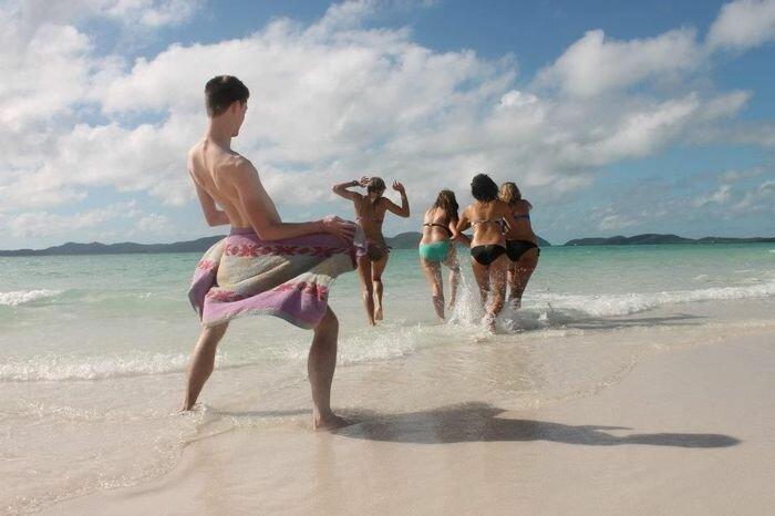【海おもしろ画像】夏の海でバスタオルで女子をからかう男性(笑)