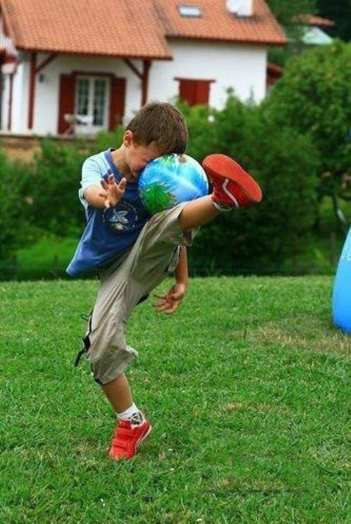【サッカーする子どもおもしろ画像】ボールを蹴り損ねた子ども(笑)