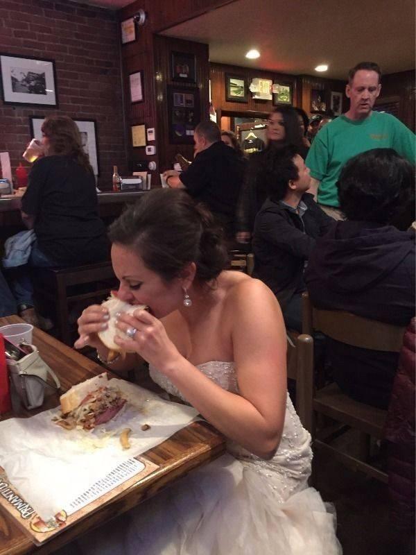 ウェディングドレス姿でパンを食らう新婦(笑)