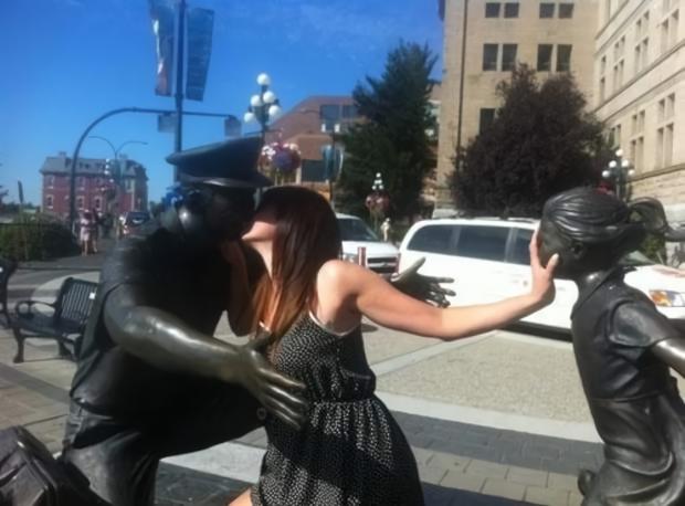 カップルの銅像に割り込む女性(笑)