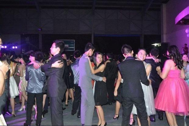 【恋愛おもしろ画像】パーティーで相手がいなくて一人でダンスする人(笑)