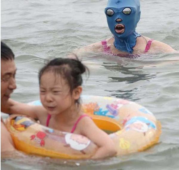 【中国の海のフェイスキニおもしろ画像】中国で流行したおもしろいビーチ用マスク「フェイスキニ(Face-kini)」(笑)