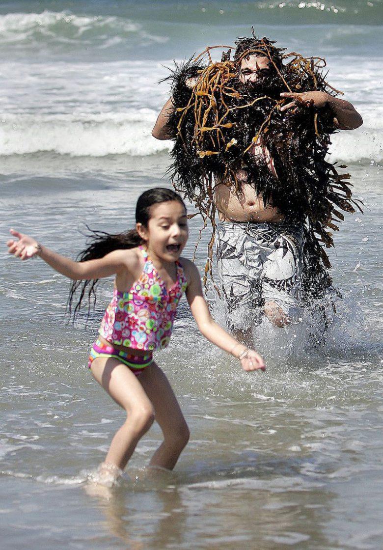 【夏と海と子どもおもしろ画像】海で海草お化けに扮したお父さんと、それを見て逃げる娘(笑)