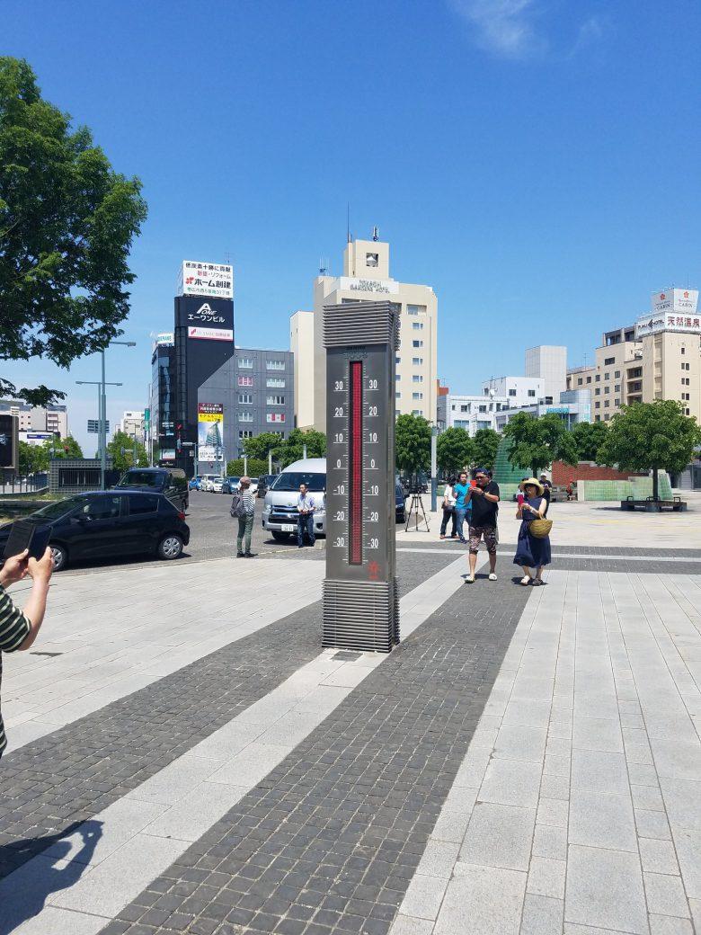 【猛暑の温度計おもしろ画像】暑すぎて限界に到達した北海道帯広駅前の温度計(笑)