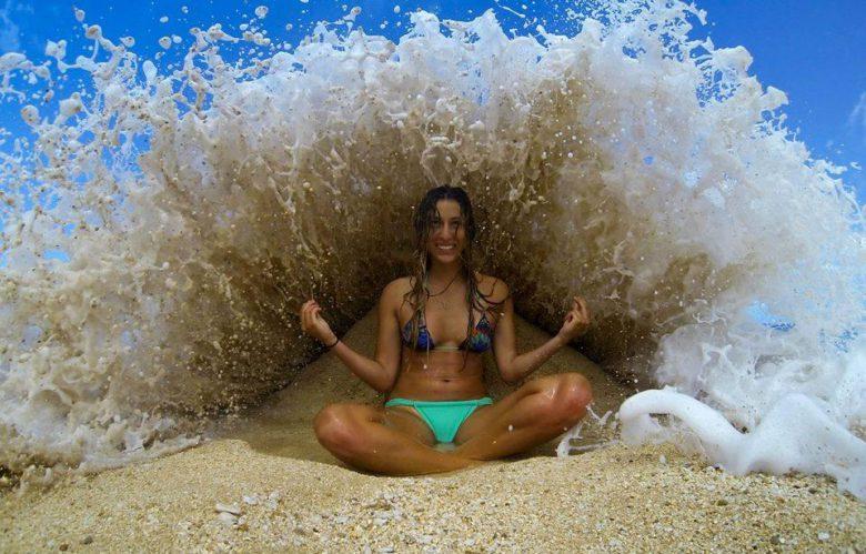 【海おもしろ画像】波を利用した完璧なタイミングショット(笑)