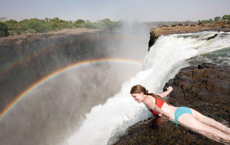 【夏と水着おもしろ画像】ヴィクトリアの滝の頂上にある「悪魔のプール」が怖すぎ(笑)