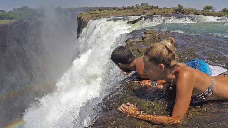 【悪魔のプールおもしろ画像】ヴィクトリアの滝の頂上にある「悪魔のプール」が怖すぎ(笑)