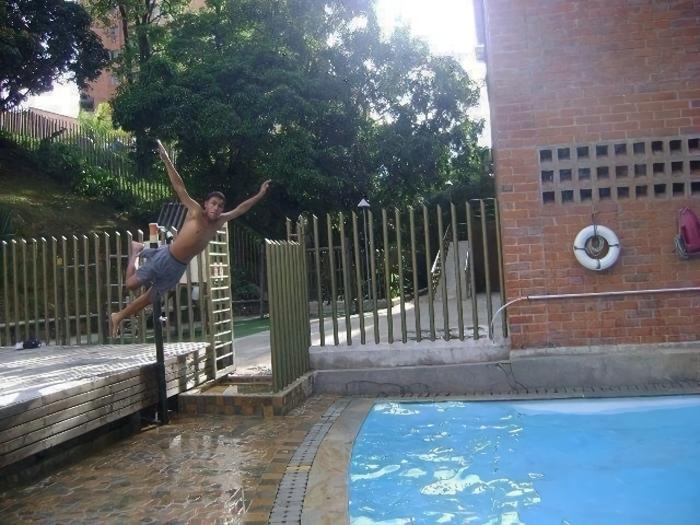 【プールおもしろ画像】プールに飛び込む男性、距離が足りない(笑)