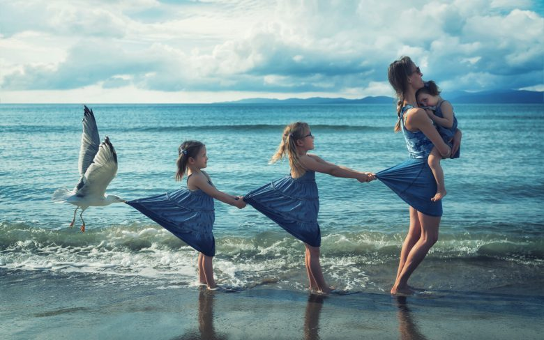 【海おもしろ画像】お母さんを引っ張る娘、それに続く娘、そしてカモメ(笑)